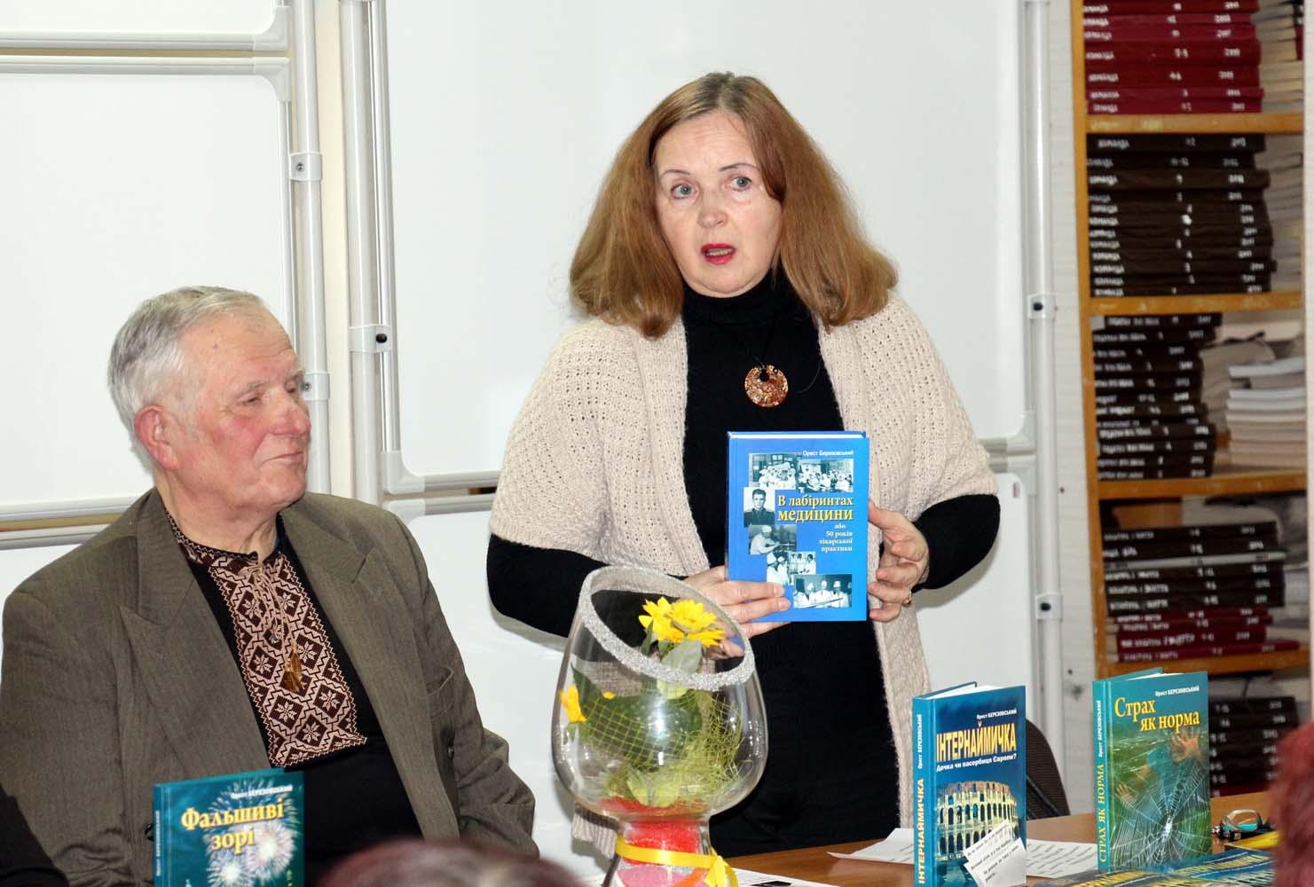 Керівник Клубу шанувальників книги Леся Коковська-Романчук, знайомить присутніх з найновішою книгою Ореста Березовського «В лабіринтах медицини або 50 років лікарської практики»
