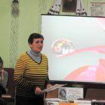 Надія Белінська — бібліотекар відділу міського абонементу Тернопільської ОУНБ — ознайомлює присутніх з біографією та творчістю Ліни Костенко
