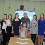 Надія Шамрик (в центрі) та учні театральної школи-студії «Мельпомена»