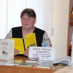 Оксана Гавенко — головний бібліотекар відділу міського абонементу — знайомить присутніх із творчою спадщиною Степана Сапеляка з фонду книгозбірні